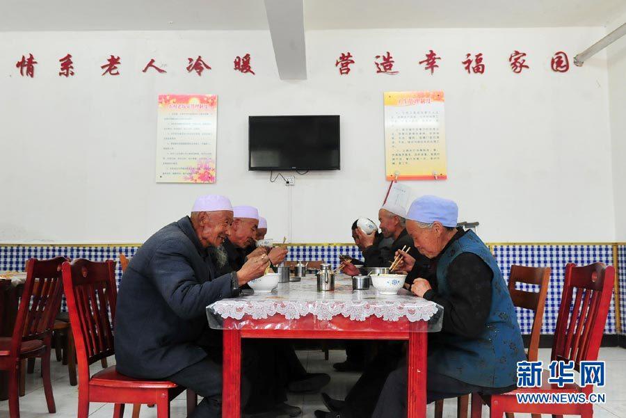 乡村老饭桌:破解农村养老难从吃饭做起