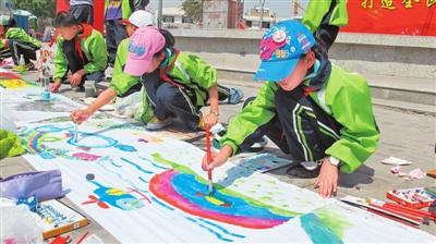 留守儿童,因为没有绘画工具,工作人员专门为他们购置了水彩笔等画具图片